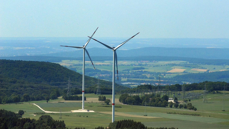 Große Windkraftanlagen bei Würgau. Betreiber sind die Erlanger Stadtwerke, die sich jetzt auf eine brisante Wette eingelassen haben.