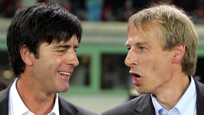 Ist Löw nur Klinsmanns Schattenmann? - Diese und viele weitere Fragen musste sich der Neu-Bundestrainer in seiner Anfangszeit gefallen lassen. Allen Kritikern konterte er. Nach den ersten fünf Spielen standen fünf Siege und ein sagenhaftes Torverhältnis von 23:1 auf seinem Bundestrainer-Konto.