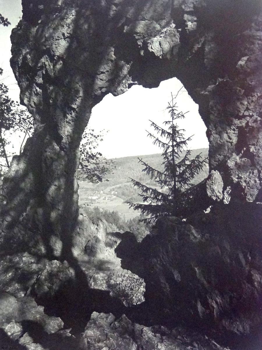 Historisches Foto, aufgenommen von Wilhelm Heinz ca. 1930 in der Fränkischen  Schweiz, digitalisiert von Max Legien Felsentor