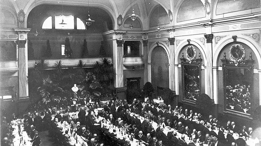 """Der Festsaal im damaligen """"Hotel National"""" des Jahres 1915: An den Wänden sind die großen Spiegel mit den sie """"krönenden"""" Stuckmedaillons zu sehen. Diese Medaillons fielen nun Hammer und Meißel zum Opfer."""