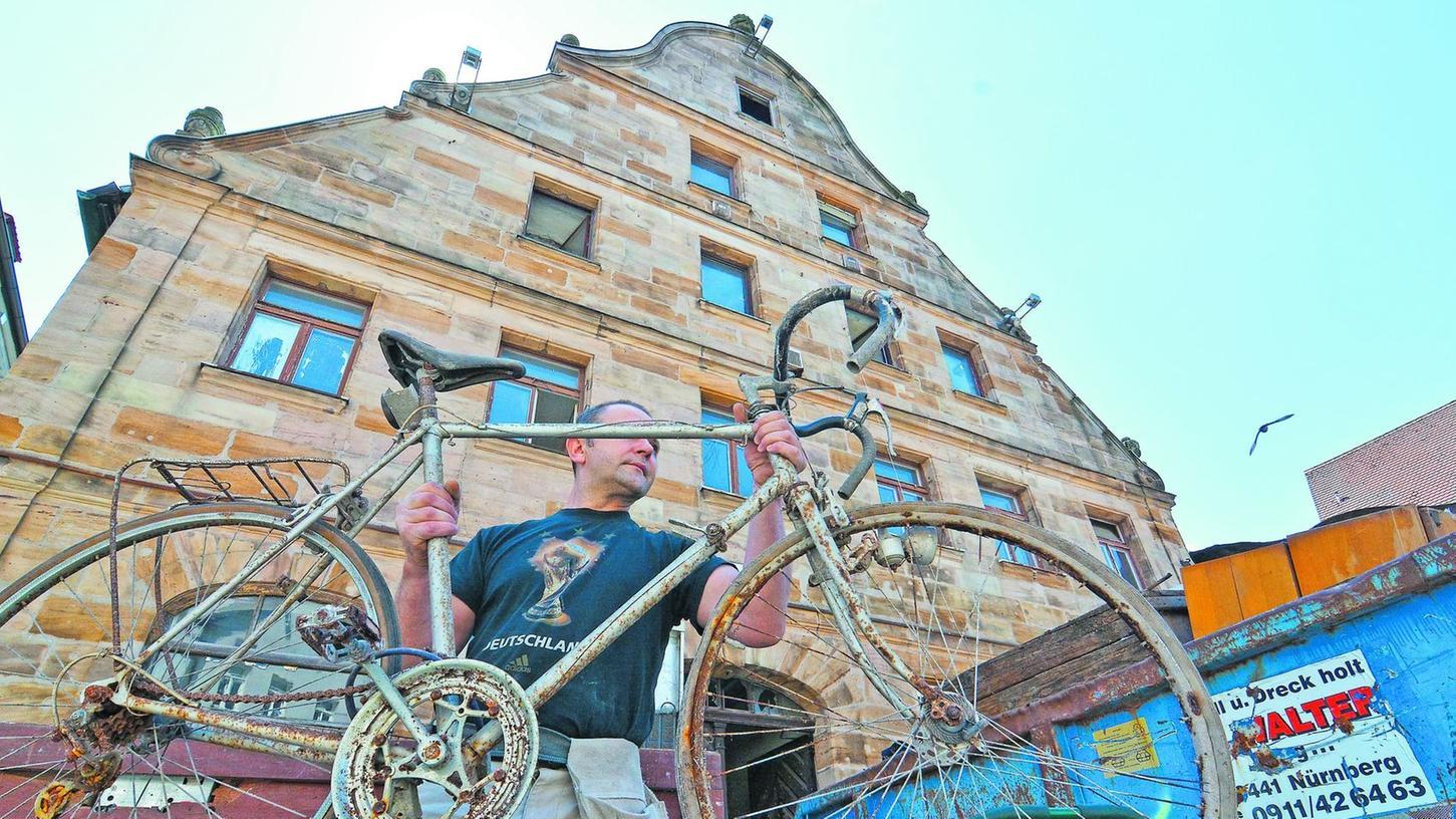 Haufenweise Schutt und Gerümpel — darunter auch dieses alte Rennrad — schafften Arbeiter in den vergangenen Tagen aus dem Gebäude am Grünen Markt.