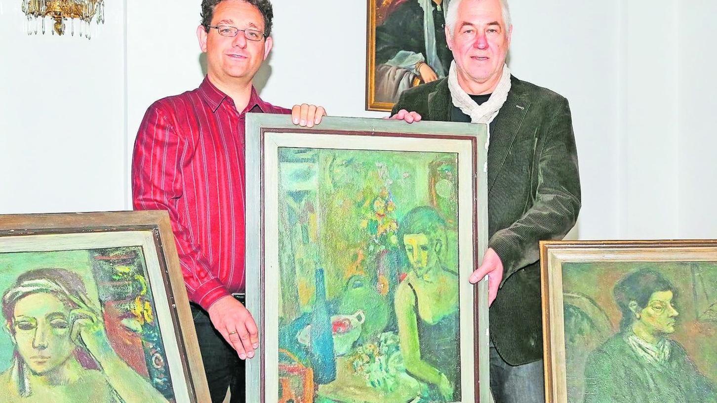 Der Kunstsammler Dieter Karl (re.) überreicht Stadtarchivchef Martin Schramm die Gemälde im Schloss Burgfarrnbach.