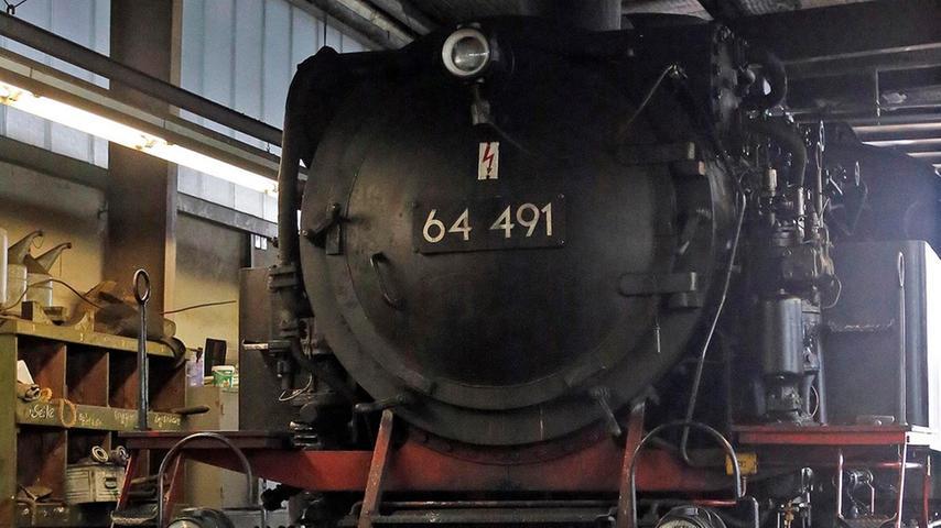 RESSORT: Forchheim B1 Lokales..FOTO: HvD..MOTIV: Arbeitsbetrieb bei der  Museumsbahn Dampfbahn Fränkische Schweiz: Fahrzeugpflege und Anheizen in  Ebermannstadt, 28. Juni 2014