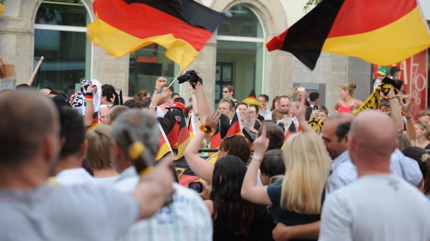 Auf dem Public Viewing, in den Kneipen und auf den Straßen haben die Neumarkter  Fußballfans den 1:0-Viertelfinalsieg ausgiebig gefeiert.