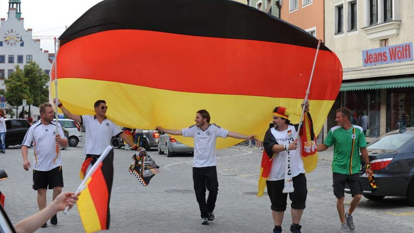 WM-Party in Neumarkt: Riesenfahnen und Rudelgucken