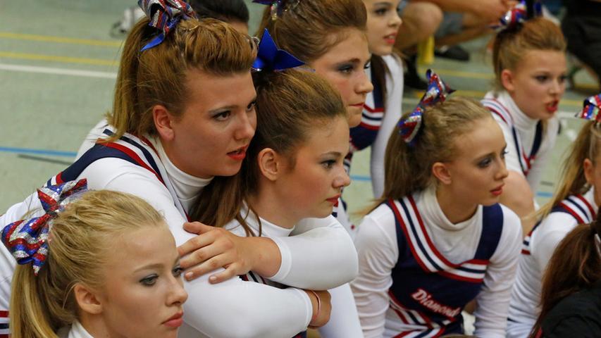 Hohe Sprünge bei der Cheerleading Meisterschaft