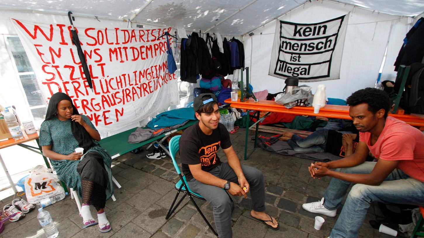 Knapp 20 Asylbewerber kämpfen am Nürnberger Hallplatz für ein Bleiberecht. Nun erwägen sie einen trockenen Hungerstreik.
