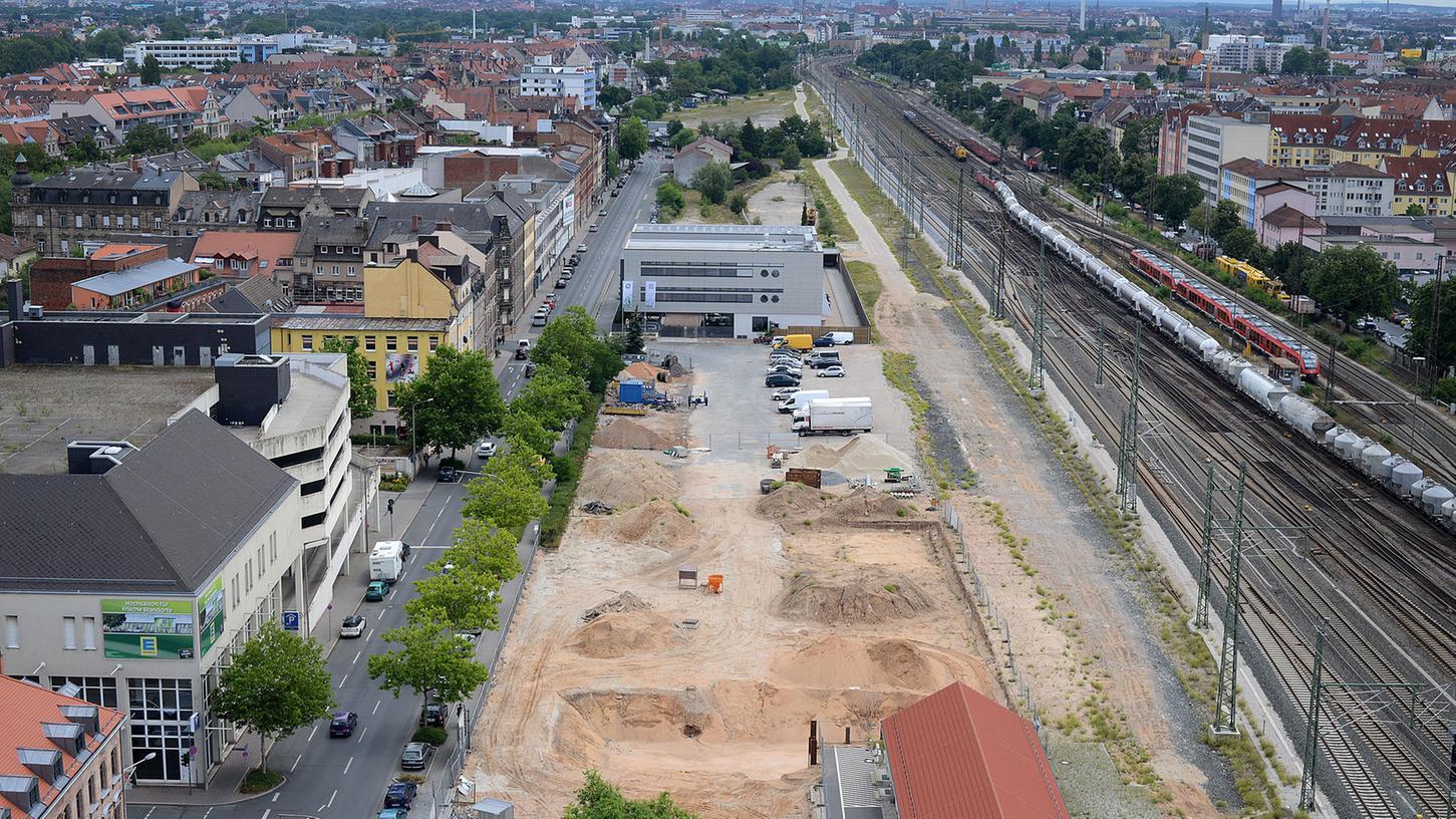 Der Blick auf das Kinogrundstück an der Gebhardtstraße zeigt: Noch immer ist nur eine Baugrube zu sehen, dafür ist inzwischen sogar der Hoffnung verheißende Kran verschwunden.