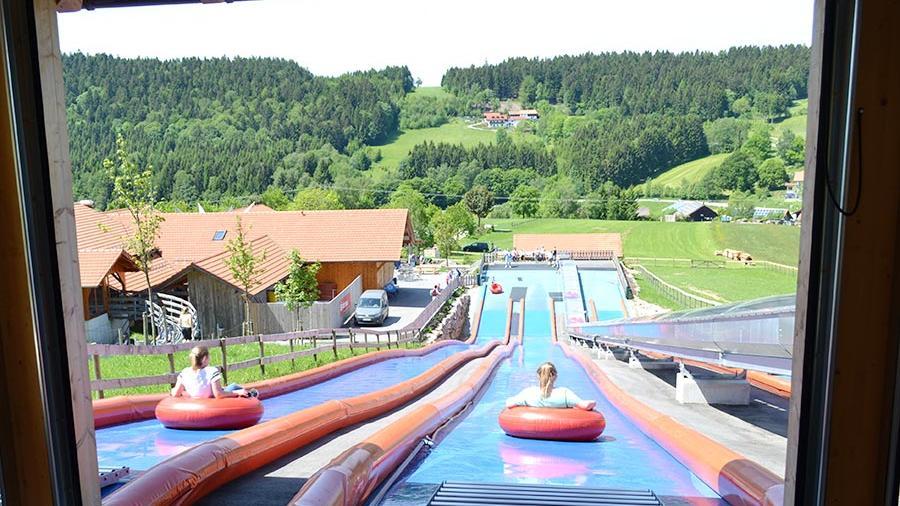 Am Sankt Englmarer Egidi-Buckel geht's rasant bergab: Mit den Sommerrodelbahnen oder mit der großen Wasserrutsche.