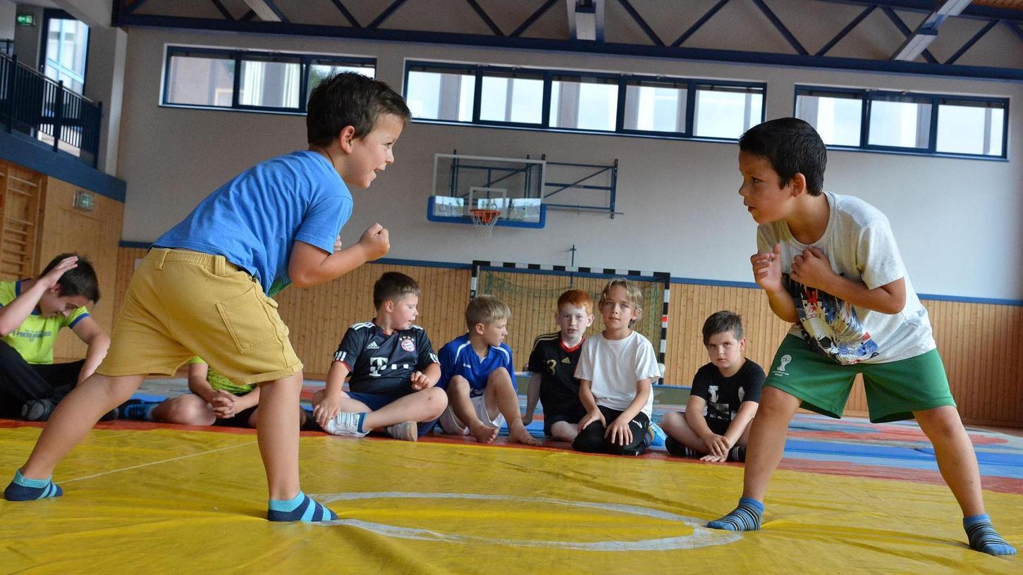 Den Gegner im Blick und bald auch schon im Griff: In der neuen Ringerabteilung der Sportfreunde Laubendorf können Kinder spielerisch ihre Kräfte messen.Foto: Thomas Scherer