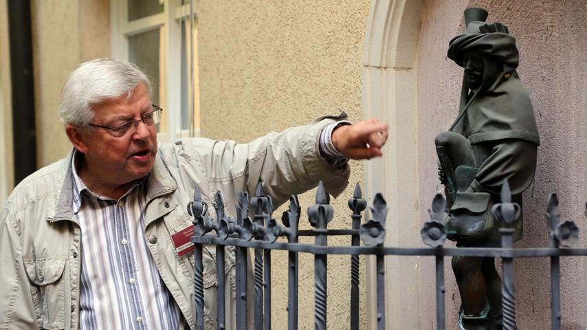 Dudelsackpfeifer, der zweite: Dieter Knapp von den Altstadtfreunden zeigt einen Brunnen in der Lammgasse.
