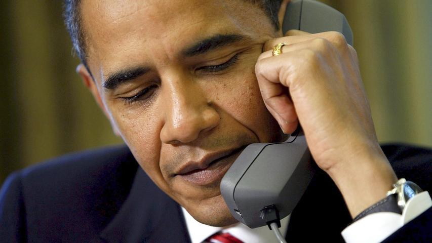 Eigentlich kein Visionär, kein Träumer, kein Erneuerer und vor allem, eigentlich kein amerikanischer Präsident. Barack Obama war ein Rhetoriker vor dem Herren, das ist unbestritten. In verschiedensten Uni-Seminaren werden seine Reden analyisiert - auf ihre Brillanz hin. Als Showman und Präsident der (Neuen) Medien machte er eine gute, ach was, coole Figur. Dahinter aber war Barack Obama ein bierernster Realpolitiker, er regierte und reagierte mit Augenmaß, war grundlegend skeptisch gegenüber militärischen Mitteln und auf multilaterales Vorgehen in der internationalen Politik bedacht. Im Grunde also: ein europäischer Politiker. Mit seinen innenpolitischen Reformen gelangen ihm Dinge, an denen sich seine Vorgänger allzu oft die Zähne ausbissen, allen voran Obamacare. Die US-Wirtschaft stabilisierte sich unter ihm. Außenpolitisch hat er teils uralte Mauern niedergerissen und Diplomatie hergestellt. Er schonte das Leben amerikanischer Soldaten und setzte auf völkerrechtlich umstrittene unbemannte Dronen - zur gezielten, effektiven Tötung von Terroristen. Sie trafen ganz und gar nicht immer ihr Ziel, sondern auch unschuldige Kinder, Frauen, Männer, die in Obamas Namen ihr Leben verloren. Diese Menschen starben geheim, unbeachtet von der Weltöffentlichkeit. Im Vergleich zu den Kriegen früherer Präsidenten blieben die Opferzahlen aber sehr gering. Bisweilen verzettelte sich der Demokrat auch in Sachen amerikanischer Zurückhaltung - das Gefahrenpotenzial des syrischen Bürgerkrieges beispielsweise unterschätzte er vollkommen, während er den