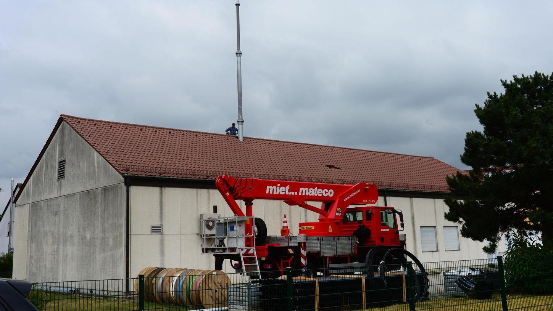 Der Mobilfunkmast an der Milchhofstraße steht schon, doch die Installation der technischen Anlage dauert noch bis zum Herbst. Verbessern soll sie vor allem die Datenübertragung in dem Gebiet. Foto: Fritz-Wolfgang Etzold