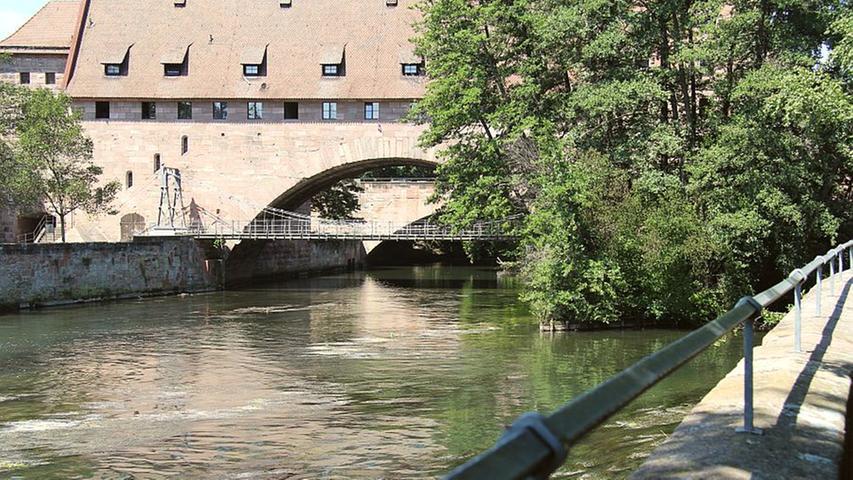 Jahrhundertelang brachte ein Holzsteg die Nürnberger über die Pegnitz. 1824 entstand dann der Kettensteg, die erste eiserne Hängebrücke auf dem europäischen Festland. Nicht nur dieser Meilenstein der Technikgeschichte, sondern auch eines der schönsten Nürnberger Biergärten an seinem nördlichen Ende, ist einen Besuch wert.
