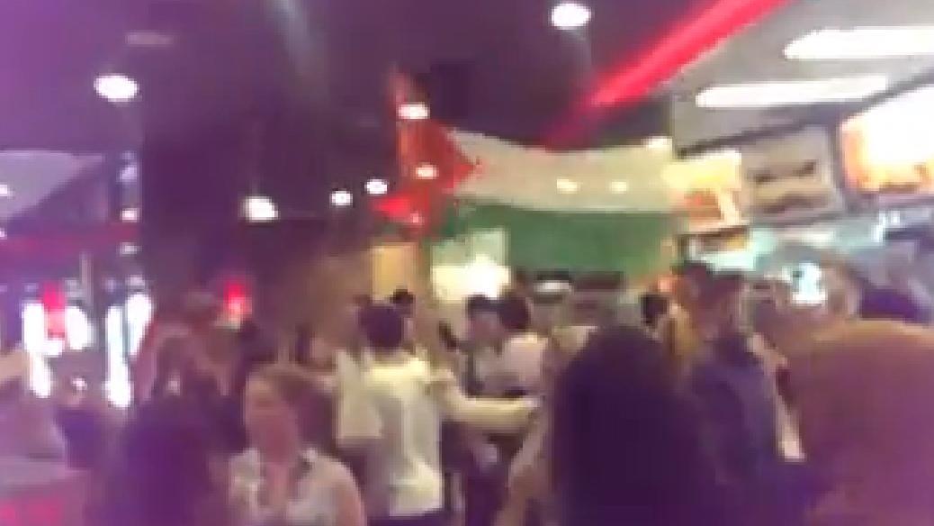 Mehrere Demonstranten stürmten McDonald's und Burger King im Hauptbahnhof.