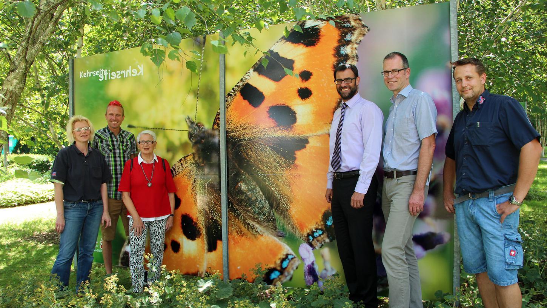 Nicht nur der Blick auf den Schmetterling, sondern auch der auf seine Rückseite lohnt sich, finden die Freunde der Natur, die Vertreter der Stadt Roth und die der ausführenden Firma LAK.