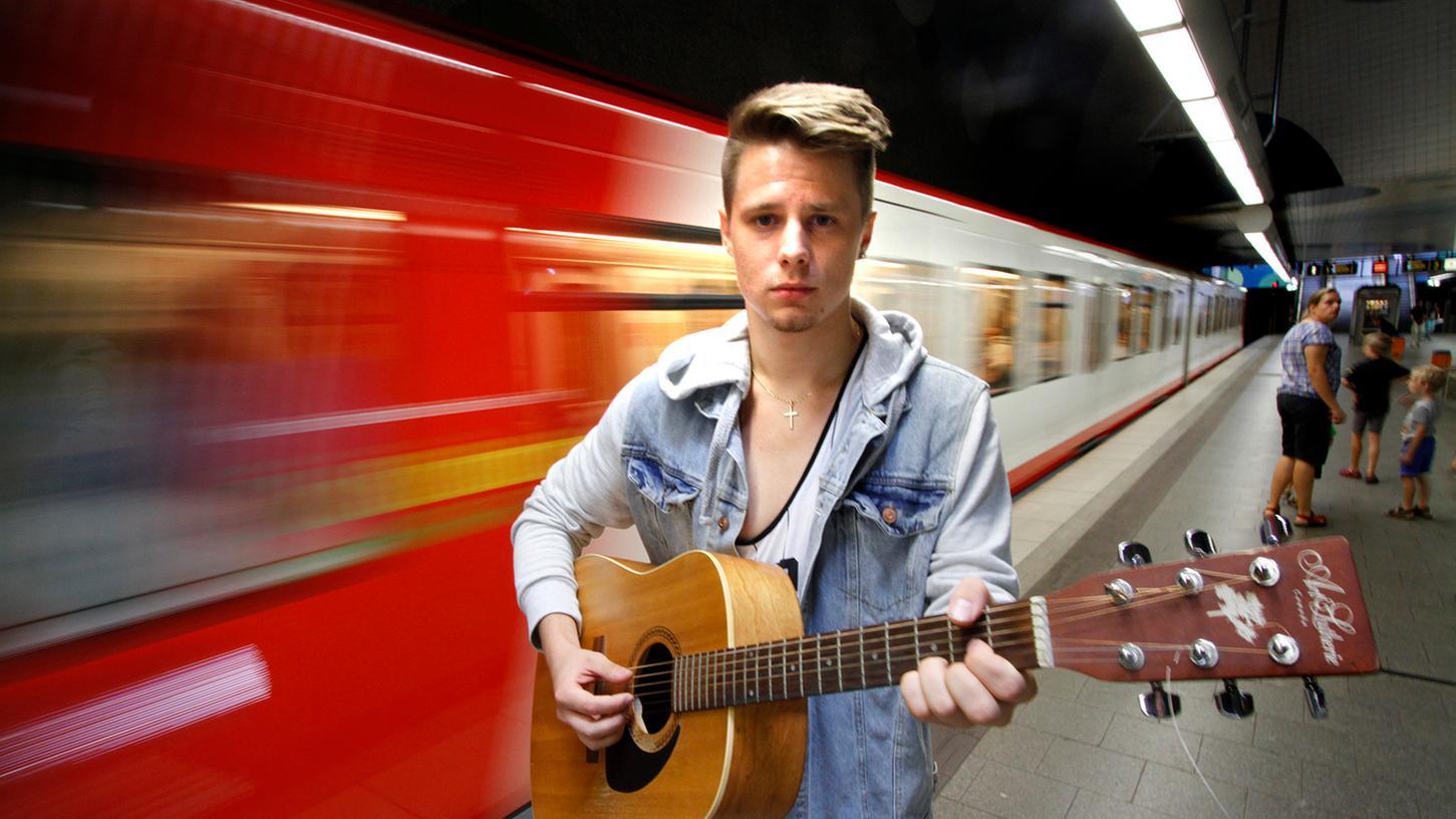 Melancholischer Blick, amerikanischer Akzent, schöne Stimme: Fránk Bayer will als Musiker bekanntwerden. Dazu hat er ein Video in der U-Bahn gedreht.