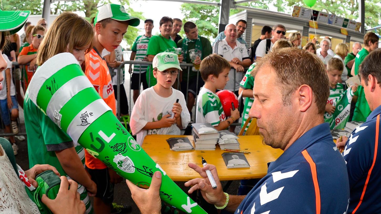 Der Anblick einer Schultüte ist dem Lehrer Frank Kramer nicht fremd. Doch dass er beim Familiennachmittag im Ronhof als Trainer der Spielvereinigung Greuther Fürth darauf unterschreiben sollte, war für ihn Premiere.