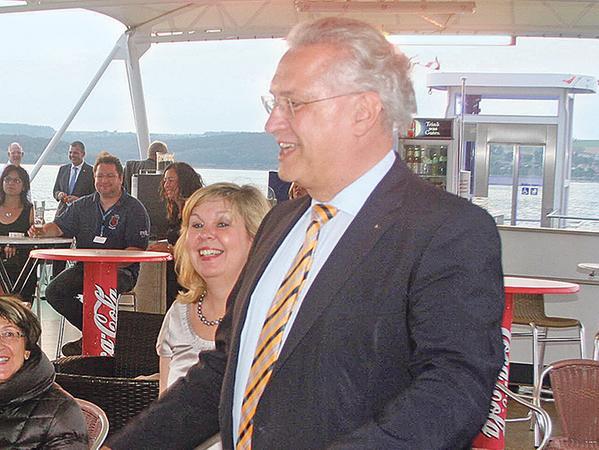 Unter den rund 380 Besuchern war auch Bayerns Innenminister Joachim Herrmann (CSU). Er musste sich – ganz wie beim echten Frankenfasching üblich – einiges an Spott gefallen lassen, nahm das aber mit Humor.