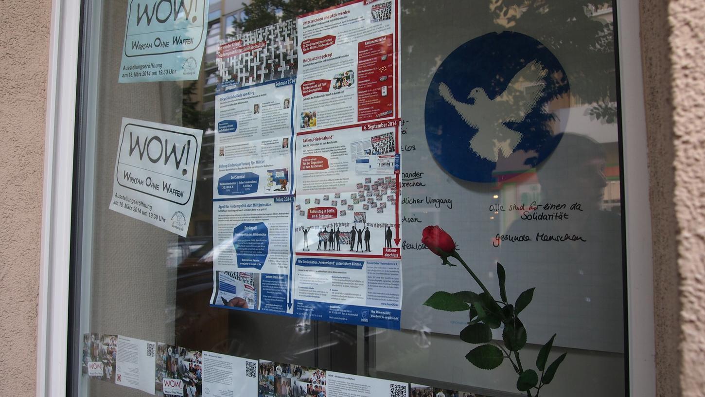 Mit weißer Taube, roter Rose und Aufrufen zu Aktionen ohne Waffen: Das Schaufenster des Friedensmuseums in der Kaulbachstraße bietet viel zum Entdecken.