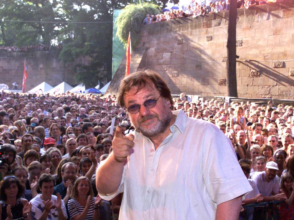 1999: Klaus Lage vor der Zuschauerkulisse im Burggraben - ab 1979 war er vier Mal in Folge beim Nürnberger Liedermacher Festival dabei. In diesen Jahren veröffentlichte er seine ersten Platten und schaffte schließlich den ganz großen Durchbruch.