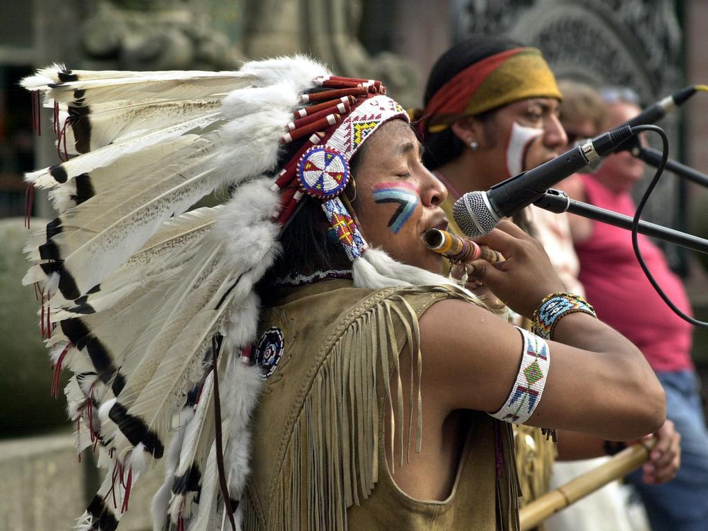 Abseits der großen Bühnen treten auch kleinere Gruppen auf der Straßenbühne auf. Beim 29. Bardentreffen 2004 sind auf der Museumsbrücke Straßenmusiker mit großem Federschmuck zu entdecken.