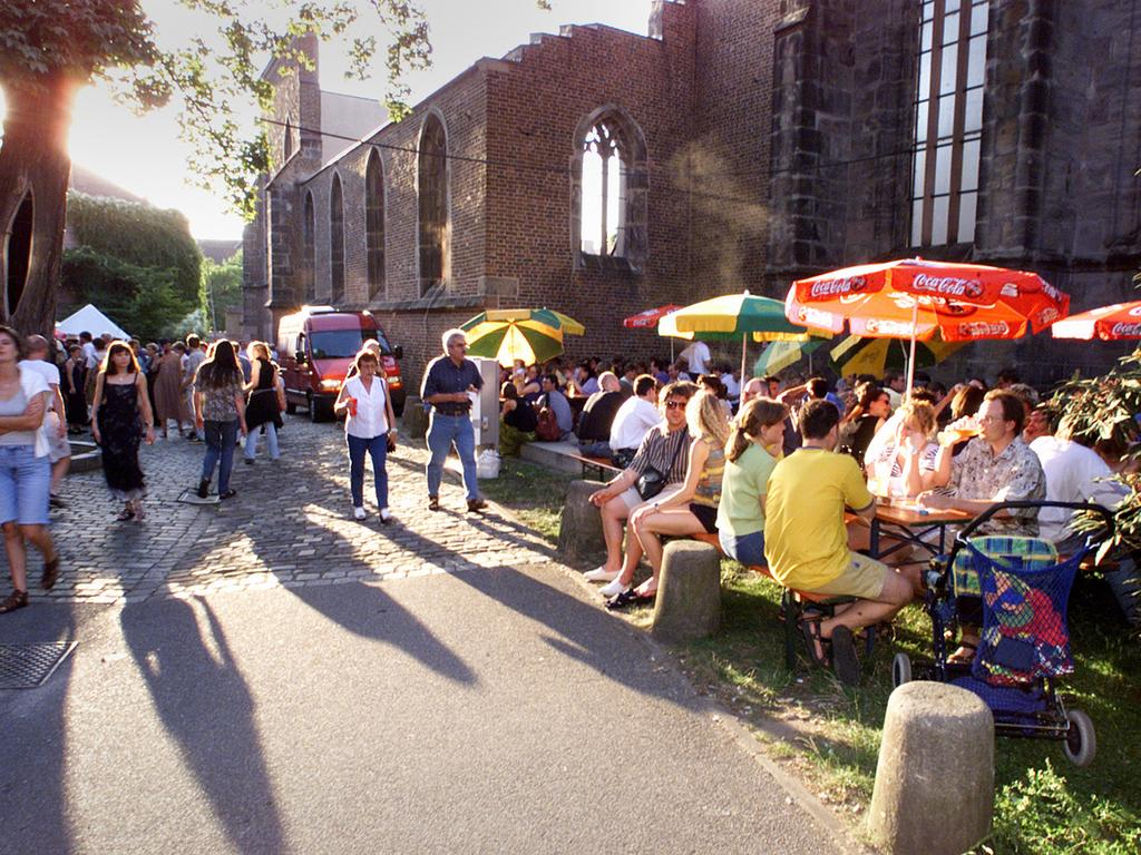 1999: Das Publikum in St. Katharina genießt die Sonnenstrahlen des Abends. 120.000 Musikbegeisterte waren an diesem Wochenende in Nürnbergs Altstadt unterwegs.