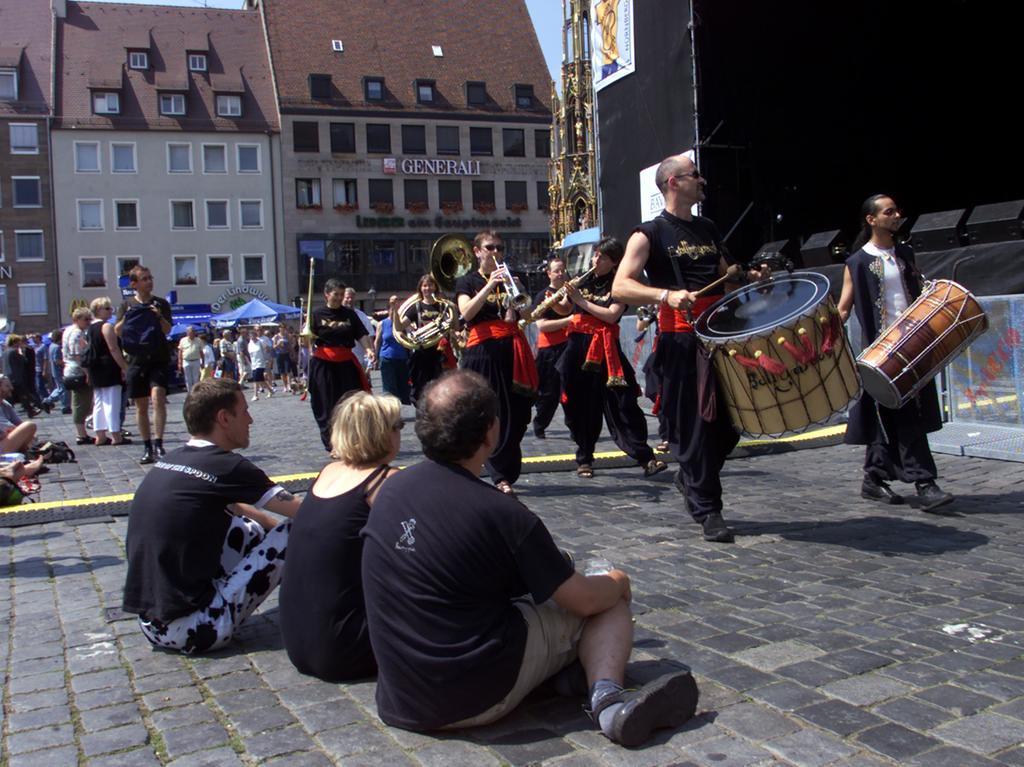 28. Juli 2001: Beim 26. Bardentreffen staunen die Zuhörer am Hauptmarkt über