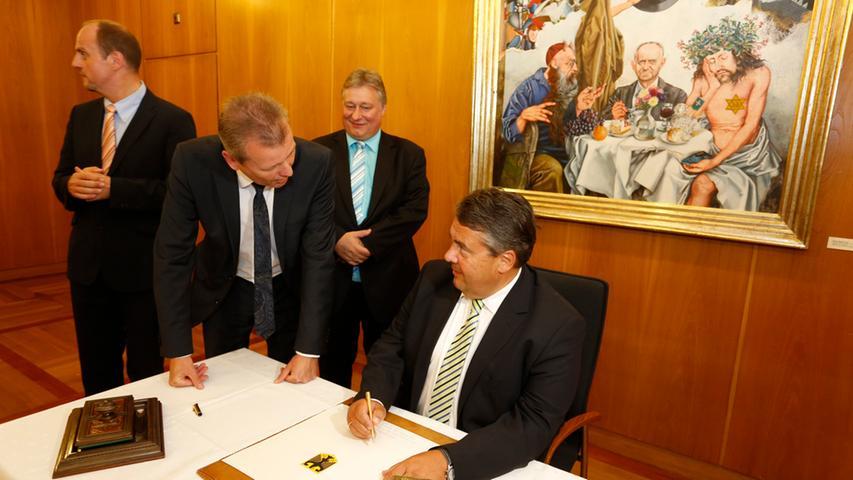 Im Inneren des Rathauses trug sich derweil der Bundeswirtschaftsminister in das Goldene Buch der Stadt Nürnberg ein.