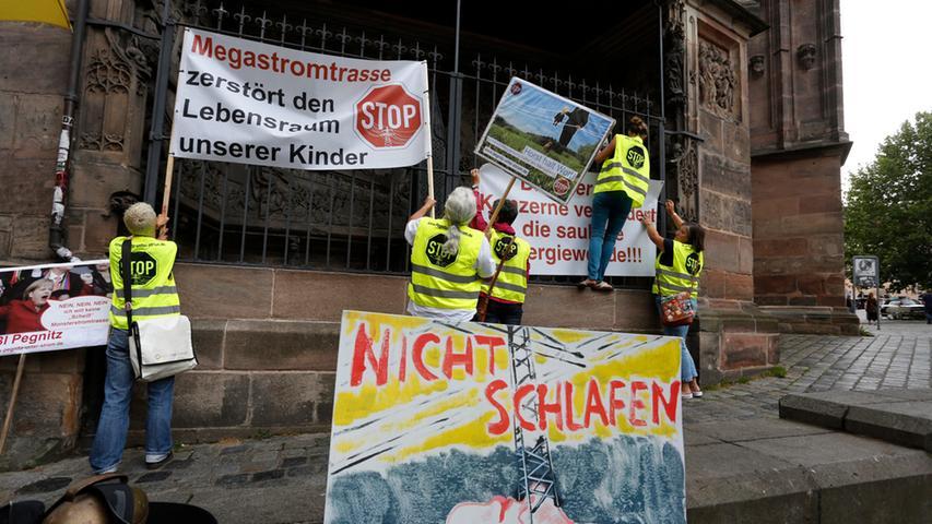 Transpaenten wurden bei der Demo auch gut sichtbar an der Nürnberger Sebalduskirche angebracht.