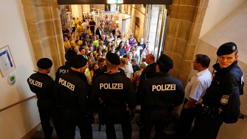 Vor der Veranstaltung im Alten Rathaussaal gab es jedoch sowohl Proteste von Kritikern des Erneuerbaren-Energien-Gesetzes (EEG) als auch von Gegnern der geplanten Stromtrasse zwischen Bad Lauchstädt und Meitingen, die sich lautstark mit Trillerpfeifen und Megafonen bemerkbar machten.