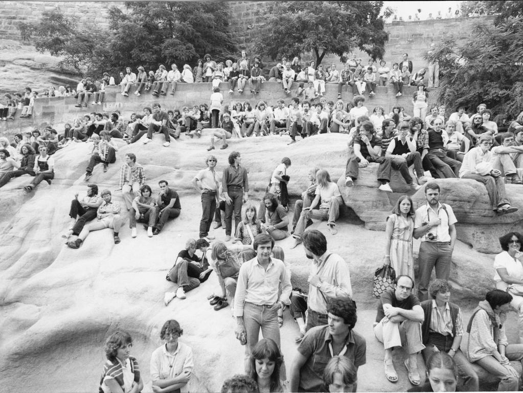 1980 saßen bereits hunderte Zuhörer am Ölberg und auf der Mauer unterhalb der Nürnberger Burg. Die Frisuren waren damals noch anders, aber das Interesse am Bardentreffen ist geblieben.