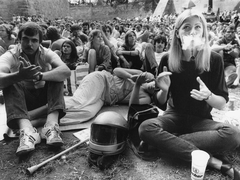 1984 pilgerten Tausende zum gemütlichen Zuhören in den Nürnberger Burggraben. Auf mitgebrachten Decken entspannten die Musikfans und rauchten die ein oder andere Pfeife.