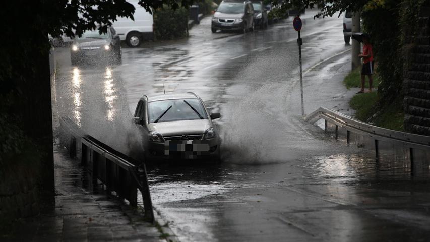 In ganz Franken hat der Sturm Bäume entwurzelt, Straßen überflutet und setzte sogar zwei Scheunen in Brand.