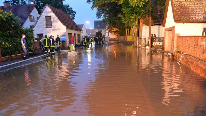...und hat Straßen sowie Häuser überflutet.