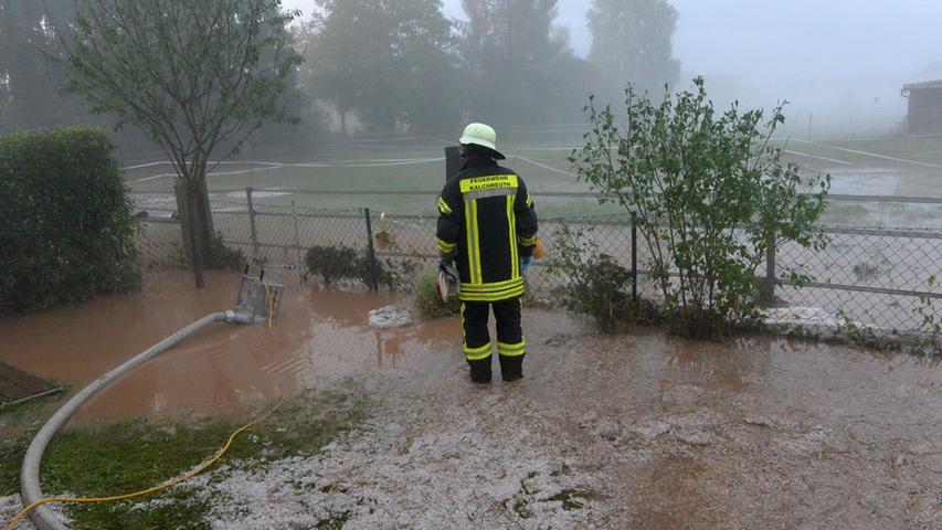 ...überflutete Gärten, Straßen und...