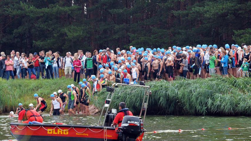 Die DLRG war mit Booten auf dem Wasser präsent, um ein Auge auf die Schwimmer zu werfen.