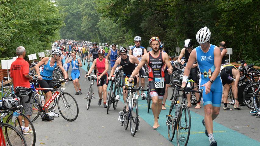 Auf das Schwimmen folgt das Radfahren. Dabei ist der Helm genau so wichtig, wie ein vernünftiges Rad.
