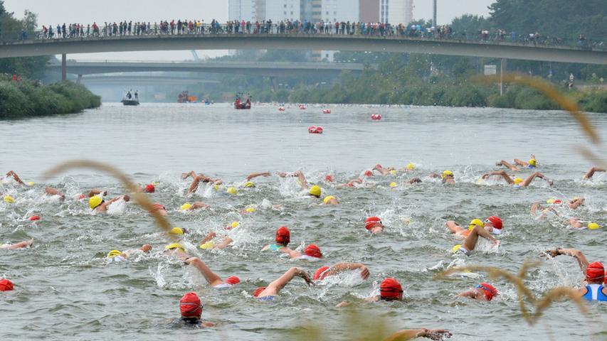 ...verfolgten von den Kanalbrücken zahlreiche Zuschauer.