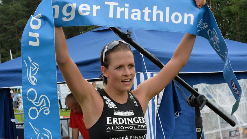 Bei den Frauen siegte Laura Zimmermann auf der Kurzdistanz. Gleichermaßen glücklich und erschöpft reckt sie das Zielband in die Höhe.