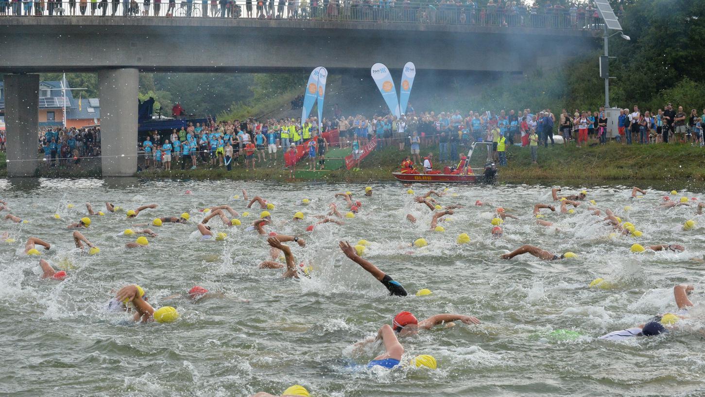 Beim Schwimmstart zum 25. Erlanger Triathlon schäumte das 25 Grad warme Wasser im Europakanal regelrecht. In drei Gruppen gingen die Athleten auf die Strecke, das THW half ihnen später wieder heraus.