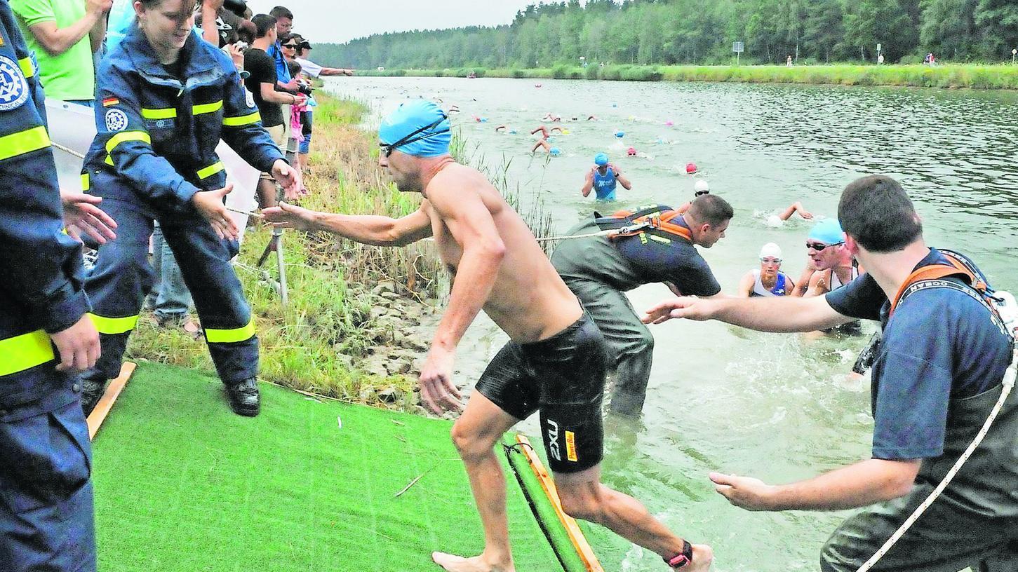 """Das Technische Hilfswerk Erlangen half den Triathleten aus dem Wasser und sorgte dafür, dass es keinen """"Stau"""" am Ausstieg gab."""