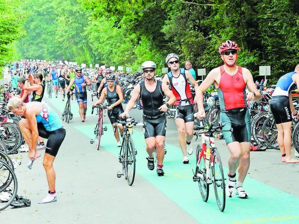 """In der Wechselzone vom Schwimmen auf das Fahrrad ging es manchmal ziemlich eng zu. Aufsteigen durften die Triathleten erst nach Verlassen der """"Parkzone"""" für ihre Rennräder."""