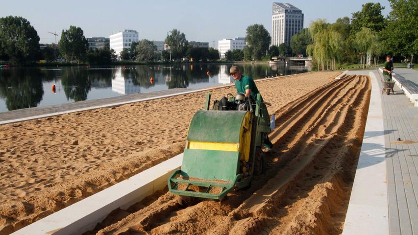 Sör reinigt den Sandstrand am Wöhrder See von Vogelkot