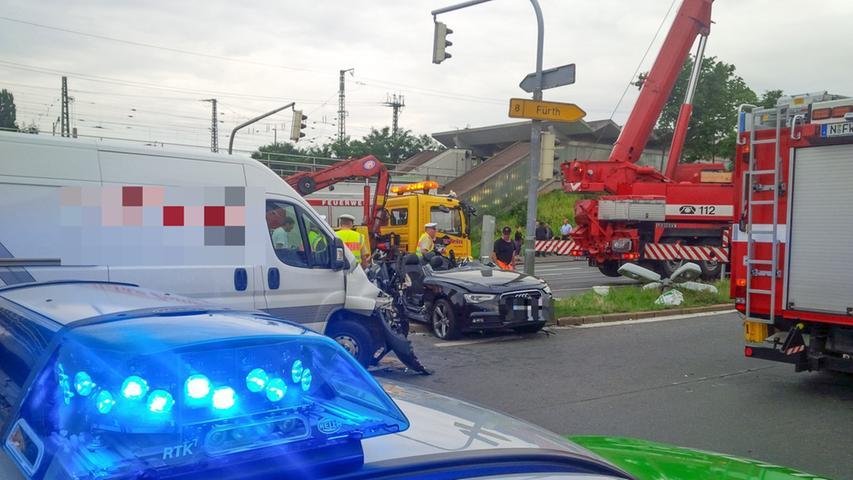 Fürth-Profi Azemi verletzt: Audi gegen Ampel geschleudert