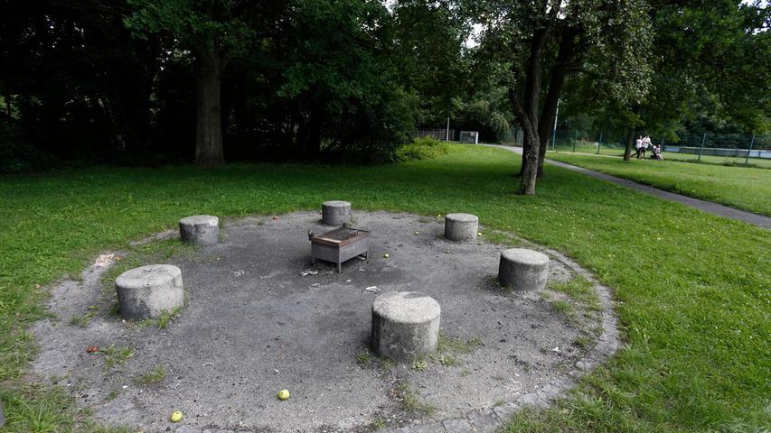 Auch sehr beliebt, auch wenn es bei dieser Aufnahme noch ruhig ist, ist der Grillplatz an der Ellwanger Straße.