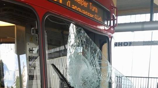 Am 11. August 2014 soll der Angeklagte einen Feuerlöscher auf die Fahrerkabine eines entgegenkommenden U-Bahn-Zuges geworfen haben.