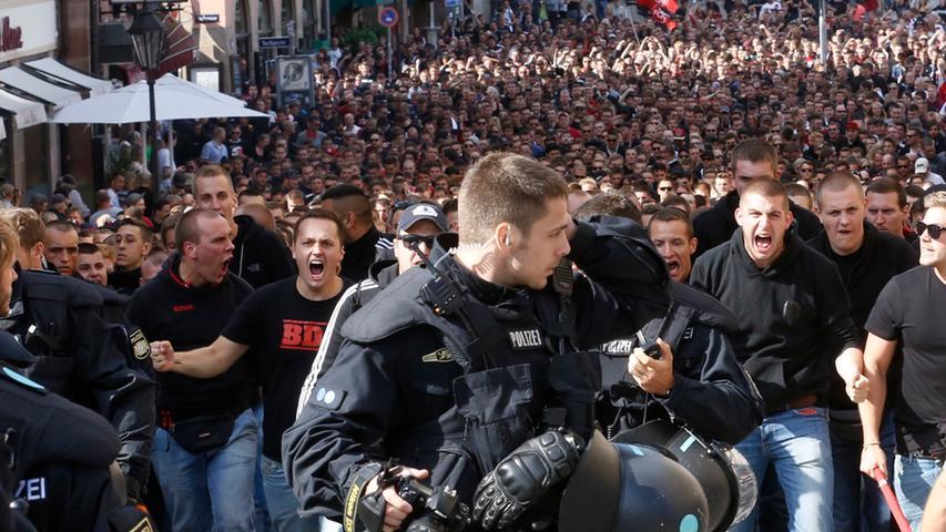 Derbyfieber: Nürnberger Schlachtenbummler am Hauptmarkt