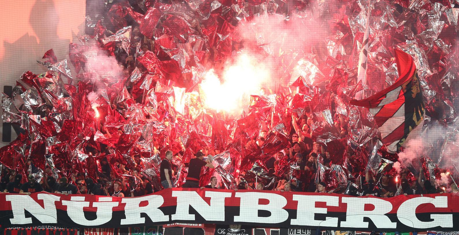 Die Nürnberger Anhänger fackelten am Montagabend eine beträchtliche Menge an Pyrotechnik im Fürther Stadion ab.