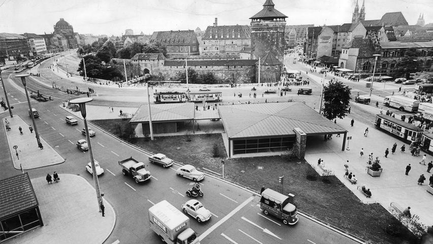 Für Autos freundlich und für Fußgänger untertunnelt – so präsentierte sich der Platz im Juli 1961 nach der Modernisierung. Optisch besaß er damals noch Klasse.